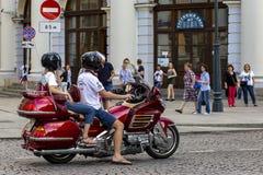 Rusia, Moscú, el 4 de agosto de 2018, un par joven que monta una motocicleta, editorial fotografía de archivo