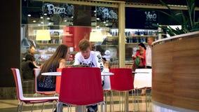 Rusia, Moscú, el 10 de julio de 2015 Mirada joven de los pares metrajes