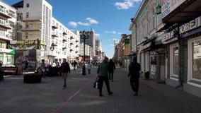 Rusia - Moscú, el 12 de julio de 2018: Muchedumbre de gente anónima que camina en la calle ocupada de la ciudad Muchedumbre de ge metrajes