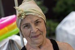 Rusia, Moscú, el 17 de junio de 2018, abuela que sonríe en la cámara, editorial foto de archivo libre de regalías