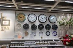 RUSIA, MOSCÚ, EL 13 DE JUNIO DE 2017: Mucho reloj de pared en la pared en la tienda de Ikea fotografía de archivo