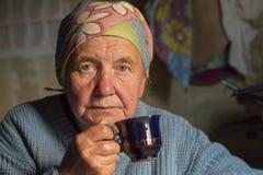Rusia, Moscú, el 9 de junio de 2018, té de consumición de la abuela, editorial fotos de archivo