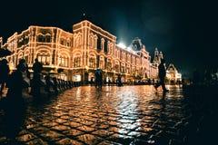 RUSIA, MOSCÚ, EL 13 DE OCTUBRE DE 2017: Escena de la noche de los grandes almacenes de la GOMA Llover la tarde con el fondo del b Imágenes de archivo libres de regalías