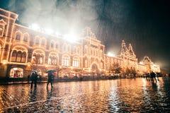RUSIA, MOSCÚ, EL 13 DE OCTUBRE DE 2017: Escena de la noche de los grandes almacenes de la GOMA Llover la tarde con el fondo del b Fotos de archivo libres de regalías
