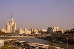 Rusia, Moscú: el puente de flotación sobre el río de Moscú Imagen de archivo libre de regalías