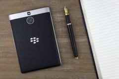 RUSIA, MOSCÚ, febrero de 2017 visión desde el top en el smartphone, la pluma y el cuaderno de Blackberry poniendo en la tabla Fotografía de archivo