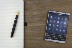 RUSIA, MOSCÚ, febrero de 2017 visión desde el top en el smartphone, la pluma y el cuaderno de Blackberry poniendo en la tabla Fotos de archivo libres de regalías