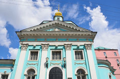 Rusia Moscú, iglesia antigua de la trinidad vivificante en Serebryaniki Detalles de la configuración fotos de archivo