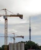 Rusia, Moscú - las grúas de construcción y Ostankino TV se elevan Fotografía de archivo libre de regalías