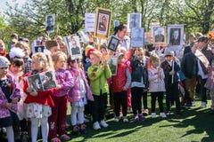 Rusia Moscú, mayo, 07 18: Procesión especial del regimiento inmortal, propaganda militar de la guardería del estado para los niño Imágenes de archivo libres de regalías