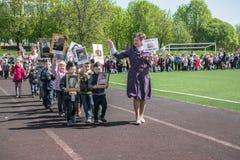 Rusia Moscú, mayo, 07 18: Procesión especial del regimiento inmortal, propaganda militar de la guardería del estado para los niño Imagenes de archivo