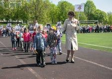Rusia Moscú, mayo, 07 18: Procesión especial del regimiento inmortal, propaganda militar de la guardería del estado para los niño Imagen de archivo libre de regalías