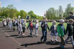 Rusia Moscú, mayo, 07 18: Procesión especial del regimiento inmortal, propaganda militar de la guardería del estado para los niño Fotos de archivo libres de regalías