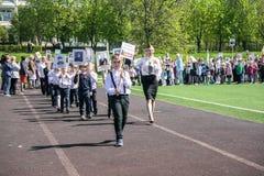 Rusia Moscú, mayo, 07 18: Procesión especial del regimiento inmortal, propaganda militar de los alumnos del estado para los niños Foto de archivo