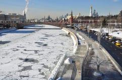 Rusia, Moscú, terraplén de Kremlevskaya en invierno Imagen de archivo libre de regalías