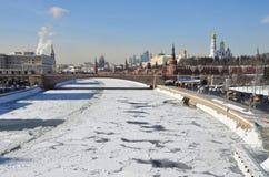 Rusia, Moscú, terraplén de Kremlevskaya en invierno Imágenes de archivo libres de regalías