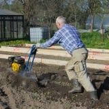 05/25/2012 Rusia Nikolsky El granjero ara la tierra con un motor-bloque Arado del grou Foto de archivo libre de regalías