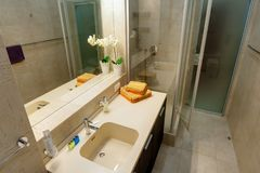 Rusia, Novosibirsk - 28 de enero de 2016: apartamento interior del sitio cuarto de baño moderno, fregadero, elementos de la decor fotografía de archivo libre de regalías