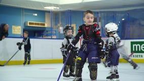 Rusia, Novosibirsk, 2017: Deportes del ` s de los niños: entrenamiento del hockey sobre hielo almacen de metraje de vídeo