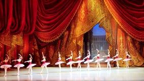 Rusia, Novosibirsk, 30 puede 2015 Funcionamiento hermoso del teatro de la ópera y de ballet 4K 3840x2160 metrajes
