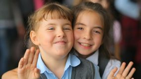 Rusia, Novosibirsk, 2015: Retrato de dos muchachas felices