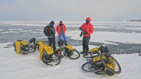 RUSIA, OLKHON - 28 DE FEBRERO DE 2018: Los viajeros de los ciclistas de Polonia montan el hielo en las bicicletas Extremos el lag metrajes