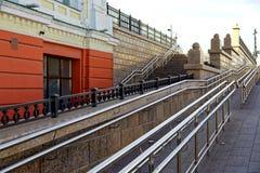 Rusia, Omsk Ambiente urbano accesible, escaleras para todas las categorías de gente - peatones ordinarios y silla de ruedas imágenes de archivo libres de regalías
