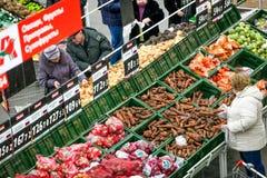 Rusia, Omsk - 22 de enero de 2015: Tienda grande del supermercado Imágenes de archivo libres de regalías