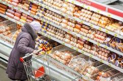 Rusia, Omsk - 22 de enero de 2015: Tienda grande del supermercado Imagen de archivo libre de regalías