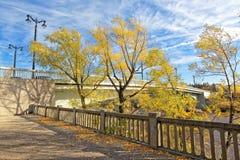 Rusia, Omsk Visión desde el parque viejo al puente reconstruido del jubileo fotografía de archivo