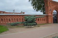 Rusia Petersburgo arma de julio de 2016 en la entrada al museo de la artillería Imágenes de archivo libres de regalías