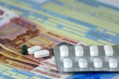 Rusia Primer, baja por enfermedad rusa con los sellos La botella de píldoras y de algunas píldoras en bulto Dinero-billetes de ba imagen de archivo libre de regalías