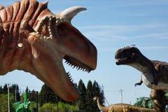 Rusia - 20 pueden 2018 Animales del período jurásico Dinosaurio en el fondo del cielo azul fotografía de archivo