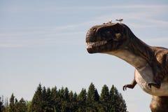 Rusia - 20 pueden 2018 Animales del período jurásico Dinosaurio en el fondo del cielo azul imagen de archivo libre de regalías