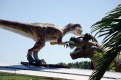Rusia-pueden 20, 2018 Animales del período jurásico Tiranosaurio Rex y el avión dinosaurio en el cielo azul foto de archivo