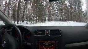 Rusia Región de Ozerskiy En enero de 2019 Conducción a través del bosque del invierno en apagado el camino Visión desde el coche