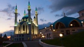 Rusia, república de Tartaristán, de Qul Sharif o de Kol Sharif en Kazán el Kremlin con la iluminación de la noche , lapso de tiem metrajes