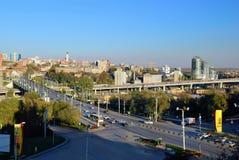 Rusia Rostov-On-Don Vista del centro de ciudad y del st de la avenida Fotos de archivo