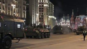 Rusia, Rusia - 3 de mayo de 2017: Vehículos militares rusos durante el ensayo de la noche de Moscú Victory Parade