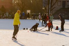 Rusia, Saratov, el 13 de enero de 2018, mide el tiempo de 15 00 Gente que patina en la pista de hielo y que juega a hockey en el  Fotos de archivo