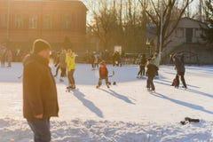 Rusia, Saratov, el 13 de enero de 2018, mide el tiempo de 15 00 Gente que patina en la pista de hielo y que juega a hockey en el  Imagen de archivo