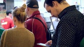 Rusia, Siberia, el 10 de julio de 2015 Larga cola de la gente almacen de video