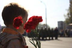 Rusia, Siberia, Novokuznetsk - pueden 9, 2013: el muchacho en el desfile de la victoria Imagenes de archivo