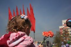 Rusia, Siberia, Novokuznetsk - pueden 9, 2013: la muchacha en el desfile de la victoria Fotos de archivo libres de regalías