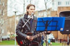 Rusia, Siberia, Novokuznetsk - pueden 9, 2017: los músicos cantan en la calle Imagenes de archivo