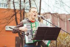 Rusia, Siberia, Novokuznetsk - pueden 9, 2017: los músicos cantan en la calle Fotos de archivo libres de regalías