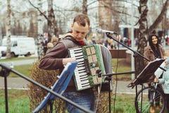 Rusia, Siberia, Novokuznetsk - pueden 9, 2017: los músicos cantan en la calle Imagen de archivo
