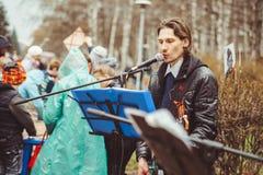 Rusia, Siberia, Novokuznetsk - pueden 9, 2017: los músicos cantan en la calle Foto de archivo