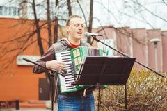 Rusia, Siberia, Novokuznetsk - pueden 9, 2017: los músicos cantan en la calle Imagen de archivo libre de regalías