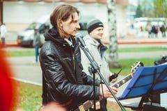Rusia, Siberia, Novokuznetsk - pueden 9, 2017: los músicos cantan en la calle Fotografía de archivo libre de regalías